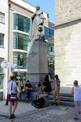 Denkmal, Bronzestatue des Reformbischofs Jan Valerián Jirsík am Fuß des schwarzen Turms in der Stadt Budweis / České Budějovice. Die Statue wurde ursprünglich  1926 aufgestellt von den Nazis 1939 zerstört und 1993 wieder hergestellt.