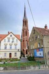 Wohnhäuser in der polnischen Stadt Langenbielau/Bielawa, dazwischen der hohe Kirchturm der Katholischen Kirche Maria Himmelfahrt; geweiht 1876 - Architekt Alexis Langer.
