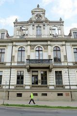 Villa im Baustil des Historismus /Neoklassizismus; Fabrikantenvilla Rosenberg in der Straße Wolności von Langenbielau/Bielawa. Das mit aufwändigen Bauschmuck versehene Gebäude fährt heute als Ärztehaus genutzt.