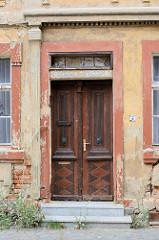 Alte Holztür eines leerstehenden, denkmalgeschützten Wohnhauses in der Hansestadt Havelberg.