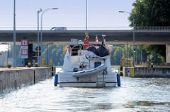 Vorstadt-Schleuse Brandenburg a. d. Havel, ein polnisches Sportboot verlässt die Schleusenkammer.