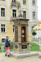 Historische Wettersäule  in Franzensbad / Františkovy Lázně. Die meteorologische Säule wurde 1882 errichtet, an ihr konnten die Kurgäste die genauen Daten über das Klima im Heilbad ablesen.