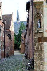 Blick durch die  Bovenstraat beim Großen Beginenhof  zur Sint Jan de Doper /  St. Johannes der Täufer Basilika  in Löwen / Leuven. Der Löwener Beginenhof ist ein typischer Stadtbeginenhof mit zahlreichen kleinen Straßen und Plätzen.