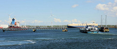 Hafenbecken beim Boudewijnkanal; ein RoRo Schiff liegt am Kai - ein Tankschiff fährt in den Kanal ein.
