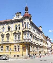 Mehrstöckiges Wohngebäude mit rundem Eckturm in   der  tř. 28. října von Budweis /  České Budějovice.