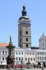 Historische Randbebauung am Marktplatz von Budweis /  České Budějovice - Blick zum Schwarzen Turm. Der schwarze Turm, Černá věž, wurde als Wachturm und Glockenturm für die Nikolauskirche von 1549 bis 1577 von den Baumeistern Hans Spatz, Lorenc (ab 15