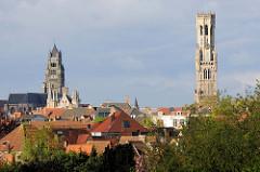Blick über die Dächer der Stadt Brügge zu dem Turm des Brügger Belfried und lks.  der Kirchturm der Kathedrale St. Salvator.