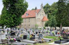 Blick über den Friedhof zur  Sankt Jakobskirche in Pieszyce / Peterswaldau.