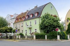 Wohnhäuser mit Tonnendach und farblich abgesetzter Hausfassade in   Franzensbad - Františkovy Lázně.