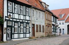 Wohnhäuser in unterschiedlichen baulichem Zustand - Fachwerkgebäude und schlichte Wohnhäuser in der Hansestadt Havelberg.