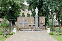 Marienstatue, Altar - Gedenkstätte  bei der  Kirche Maria Himmelfahrt in Langenbielau/Bielawa.