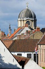 Blick über die Dächer der Stadt Brügge zur Kuppel vom Englischen Convent.