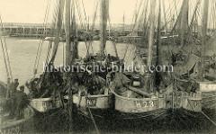 Alte Fotografie vom Fischereihafen in Zeebrugge - Fischkutter liegen zusammengedrängt im Hafenbecken, teilweise werden die Fischnetze getrocknet.