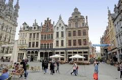 Historische Innenstadt am Großen Markt von Löwen / Leuven; lks. das Löwener gotische Rathaus, erbaut 1439 bis 1468 von Sulpitius van Vorst und Matheus de Layens. Es gilt als eines der schönsten Bauwerke der Spätgotik in Europa und ist eines der berüh