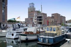 Hafenbecken Vaartkom mit Industriearchitektur in Löwen/Leuven - jetzt Nutzung als Marina, Sportboothafen.