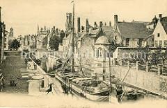 Altes Foto vom Grünen Kai / Groenerei in Brugge - ein Frachtschiff liegt im engen Kanal - Karren und Pferdewagen stehen auf der gepflasterten Straße. Über den Dächern der Stadt ragt der Brügger Belfried empor.