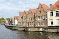 Wohnhäuser am Langen Kai in der Altstadt von  Brügge; Blick über den Kanal Langen Kai zur Straße Potterierei.