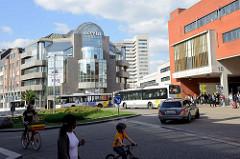 Einkaufszentrum - Busbahnhof bei Hauptbahnhof von Löwen / Leuven.