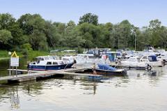 Wassertouristikzentrum / Marina am Hafen von Havelberg - Sportboote am Steg, gelbes Zeichen für Gastlieger / gelbe Welle Wasserwandern.