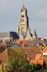 Blick über die Dächer der Stadt Brügge zu dem  Kirchturm der Kathedrale St. Salvator.