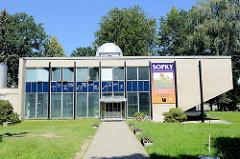 Planetarium / Hvězdárna am  Ufer  der Moldau und Maltsch in der tschechischen Stadt Budweis /  České Budějovice.