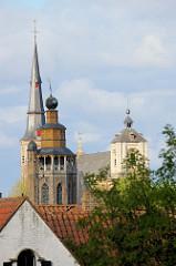 Blick über die Dächer der Stadt Brügge zum Kirchturm der Jerusalemkirche - Familienkapelle, errichtet nach dem Vorbild der Grabeskirche von Jerusalem. Das Gebäude befindet sich weiterhin in Privatbesitz. Dahinter der Kirchturm der St.  Annakirche