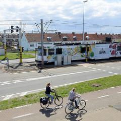 Straßenbahn und Fahrradverkehr an der Kustlaan in Zeebrugge.