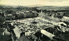 Altes Flugbild / Luftansicht vom Marktplatz in Budweis / České Budějovice - in der Mitte der Samsonbrunnen rechts dahinter das historische Rathaus. Auf dem Marktplatz stehen viele kleine Marktstände, die teilweise mit Sonnenschirmen versehen s