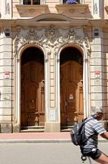 Hauseingang mit aufwändigen Stuckdekor und mit Schnitzwerk verzierten Eingangstüren in der  tř. 28. října von Budweis /  České Budějovice.