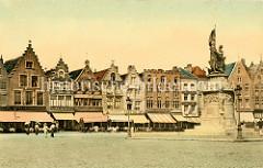 Historische, handcolorierte Ansicht vom Groten Markt in Brügge. Cafés und Restaurants säumen den Platz - Markisen zum Schutz gegen die Sonne sind heruntergelassen. Rechts das 1887 errichtete Denkmal für Jan Breydel und Pieter de Coninck. Sie ware