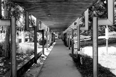 Überdachter Fußgängerweg im Architekturstil der 1960er Jahre, Eisenkonstruktion als Dachstützen - Architekturbilder aus der Stadt    Budweis /  České Budějovice, Pražská tř.