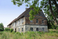 Leerstehende, verfallene landwirtschaftliche Gebäude in Pieszyce / Peterswaldau.