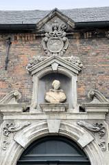 Skulptur über dem Eingang der Abtei von Sint-Godelievea in Brügge.