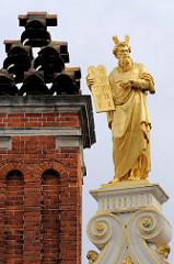 Vergoldete Figur / Skulptur von Moses mit den Gesetzestafeln - Giebel der Alten Kanzlei in Brügge. Renaissance-Architektur, ursprünglich errichtet 1537.
