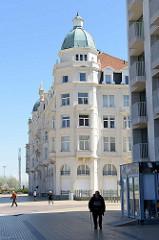 Gründerzeitarchitektur mit Kupferkuppel, Palasthotel an der Strandpromenade von Zeebrugge; jetzt Nutzung als Wohnraum / Apartments.