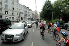 Fahrradsternfahrt in der Hamburger Innestadt entlang der Aussenalster - die Autofahrer müssen auf der Straße An der Alster warten.
