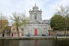 Blick über den langen Kai zur Kirche der Heiligen Jungfrau Maria / Heilige Maagd Mariakerk an der Straße Potterierei in Brügge. Die Kirche wurde 1778 geweiht, der Architekt war Emmanuel Van Speybrouck.