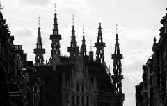 Türme vom gotischen Rathaus der Stadt Löwen/Leuven; das Gebäude ist eines der berühmten Rathäuser Welt und wurde von 1439-1468 erbaut - Baumeister / Architekten  Sulpitius van Vorst und Matheus de Layens.