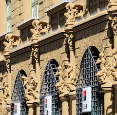 Geschäftshaus in der Straße Hroznová in Budweis - die Hausfassade des Bankgebäudes ist mit Figuren aus der griechisch römischen Mythologie geschmückt, die Kapitelle der Säulen sind mit Pflanzenreliefs versehen.