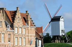 Historische Architektur in Brügge - flämische Backsteingebäude mit Treppengiebel - Windmühle.