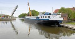 Das Binnenschiff Mirjam liegt im Gent-Oostende-Kanal in Brügge am Kai.