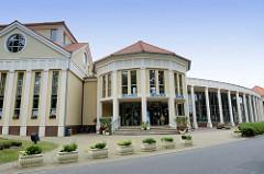Neoklassizistische Architektur des 2006 errichteten Aquaforums / Kurbad  in  Franzensbad – Františkovy Lázně.