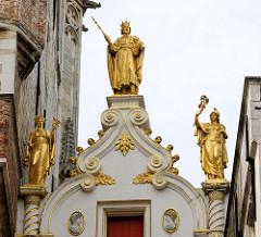 Alte Kanzlei in Brügge - Giebel mit vergoldeten Figuren.