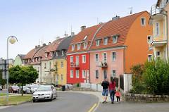 Wohnhäuser mit Tonnen Dach und farblich abgesetzt der Hausfassade in   Franzensbad - Františkovy Lázně.