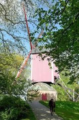 Historische Windmühlen  am Kanal in Brügge; insgesamt vier denkmalgeschützte Windmühlen sind auf den ehem. Verteidiungswällen der Stadt aufgestellt.