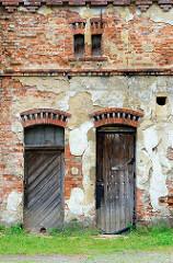 Holztüren, kleine Dachfenster der Hausruine  eines landwirtschaftlichen Anwesens in Langenbielau / Bielawa.