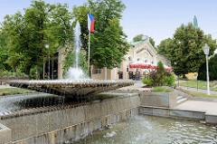 Springbrunnen im Kurbezirk von   Franzensbad / Františkovy Lázně;  Brunnen mit Fontäne am Platz Náměsti Míru, errichtet 1962.
