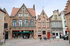 Historische flämische Architektur mit Treppengiebeln aus dem 17. und 18. Jahrhundert in der Innenstadt von Brügge.