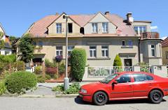 Doppelhaus in der tschechischen Stadt   Budweis /  České Budějovice; der rechte Teil des Gebäudes wurde mit einem Erker  und aufgesetzter Terrasse erweitert. Der Renovierungszustand der Fassade ist unterschiedlich, auch die Gartenzäune unterscheiden