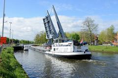 Das Binnenschiff INEMAR fährt durch eine geöffnete Klappbrücke auf dem Gent- Oostende Kanal durch die belgische Stadt Brügge.